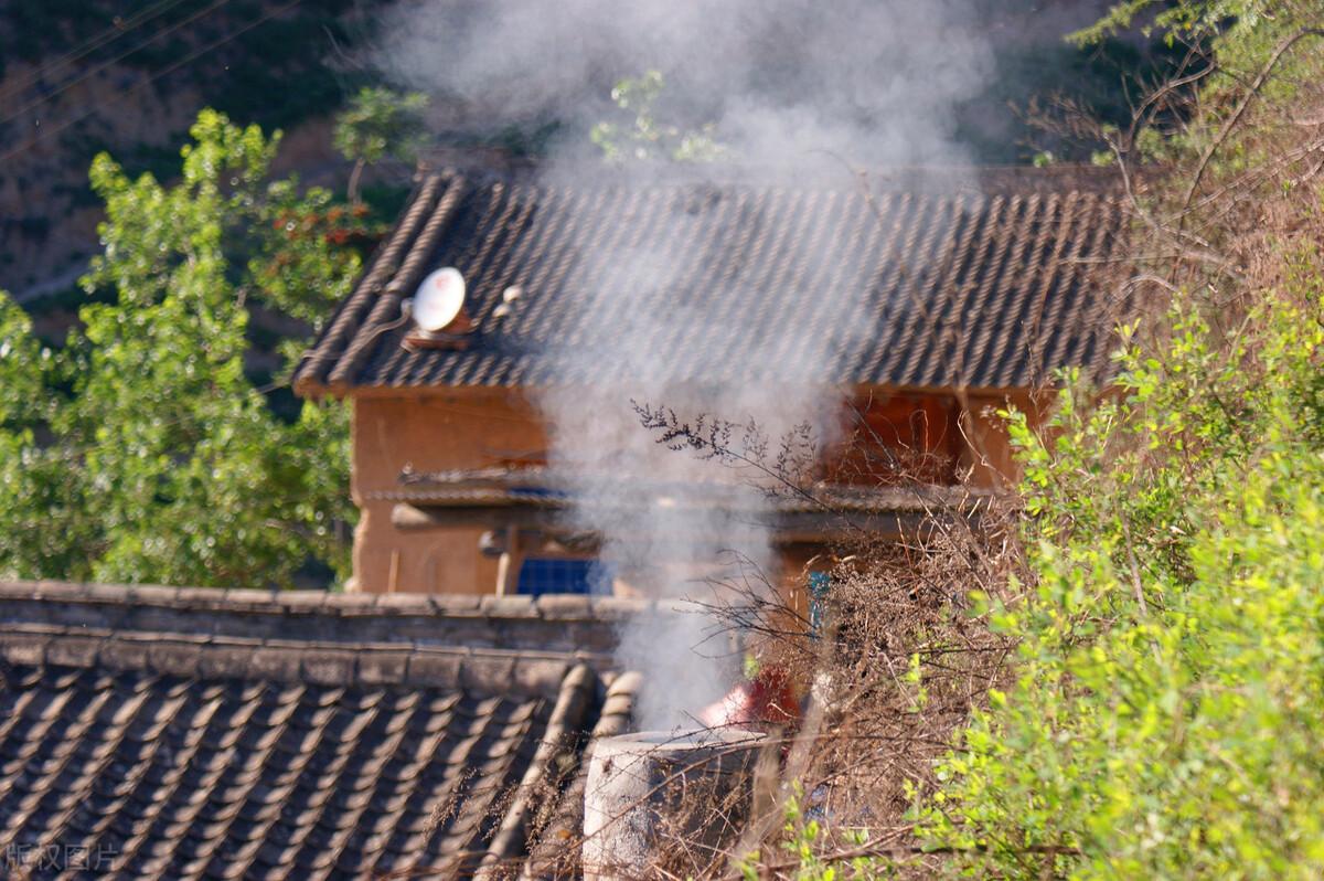 """久违了""""炊烟三两人家住"""",是袅袅升起的人间烟火,更是点点乡愁"""