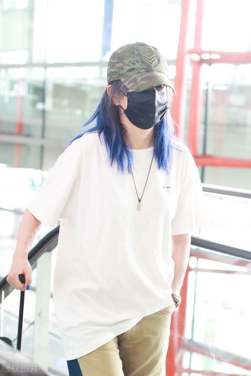 赵薇现身机场,穿白T搭卡其色裤子,头戴绿色帽子如此低调