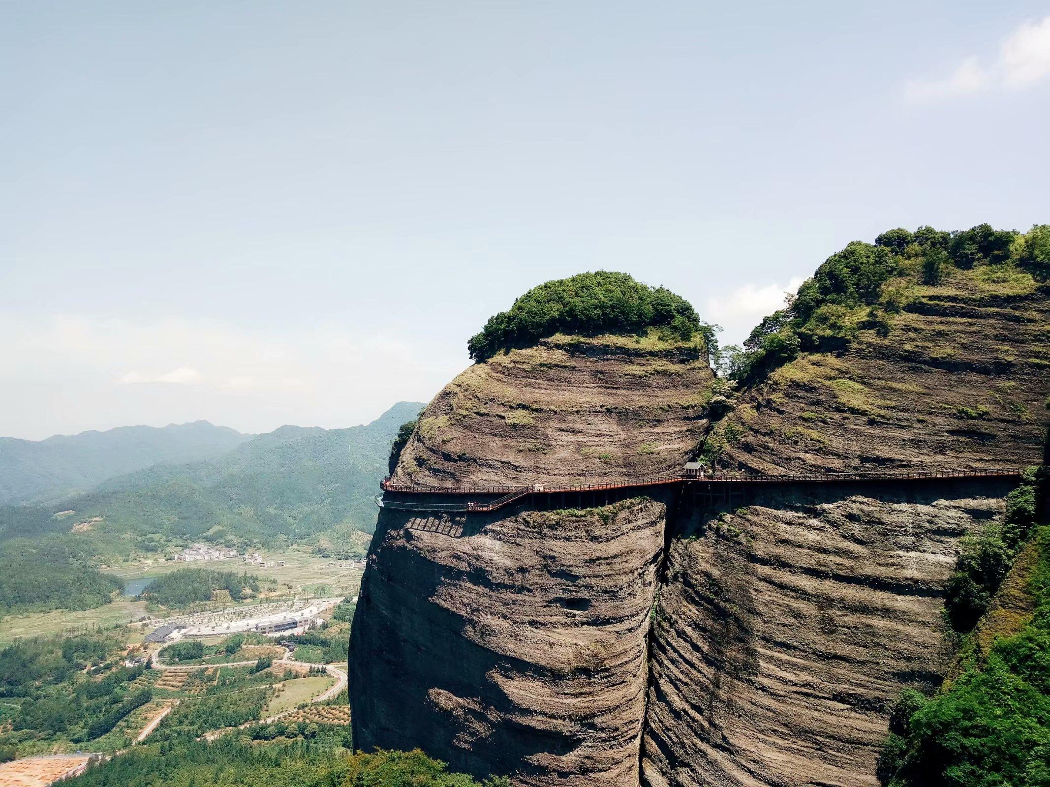 跟武当山同名,没索道没挑夫,体力太差的人爬上去下不来