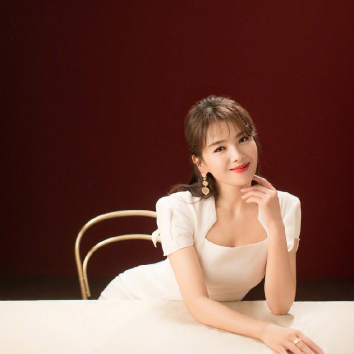 名门泽佳:刘涛皮肤状态气质真好,一袭白色长裙效果凸显曼妙身材
