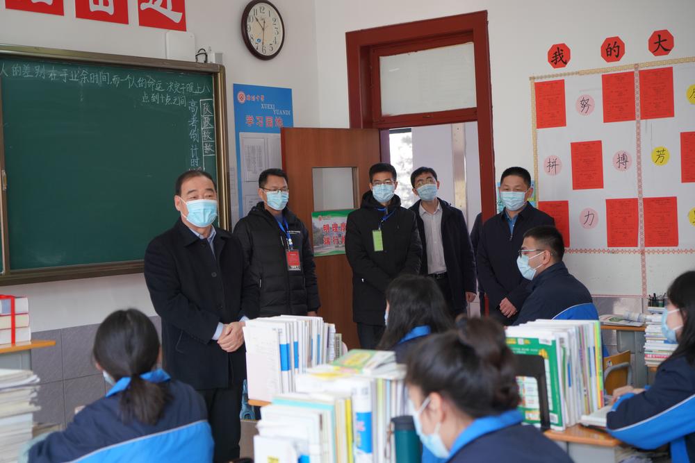 潍坊市教导局局长杜全平一行到潍坊中学调研并探望新疆部师生