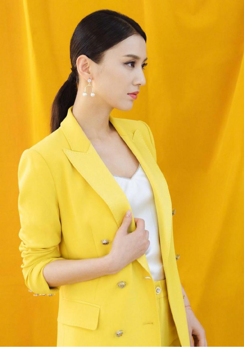 黄圣依荧光黄西装造型真时尚,中分发型扎低马尾,U型耳环A到爆
