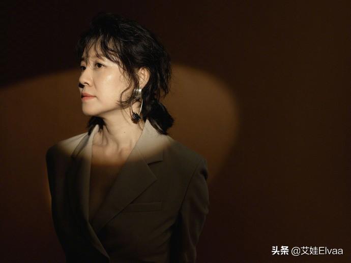 """""""德华""""刘琳老了更洋气,穿黑色鱼尾裙优雅唯美,涂红唇气质真好"""