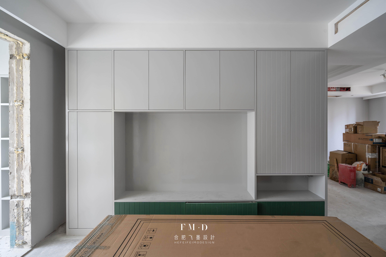 同样是定制衣柜,他家先贴墙布再装柜子,中间2公分缝隙丑上天了