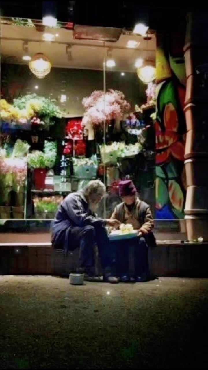 网友在街头拍到的一幕,一位长期在街上乞讨的老爷爷在给老奶奶过生日。携手白头,无论贫穷困苦,不离不弃#黄河电视台
