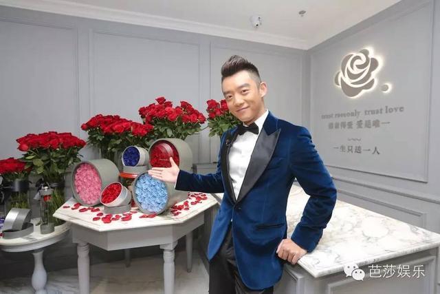 圣诞节郑恺把女友丢在家,来给幸运girl唱情歌还送玫瑰花!