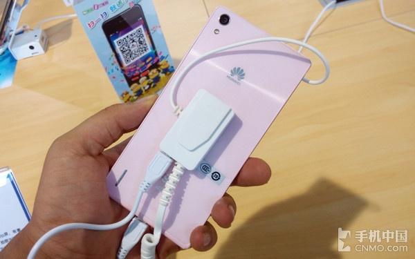 唯美意境时尚潮流造型设计 粉红色华为公司P7现身电信网展位