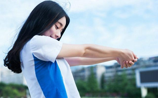 青春不散场清纯大学毕业季美女清新体育场俏皮唯美写真