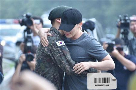 相隔2年也不分开!Super Junior东海今退伍 赫海CP再次上演世纪拥抱