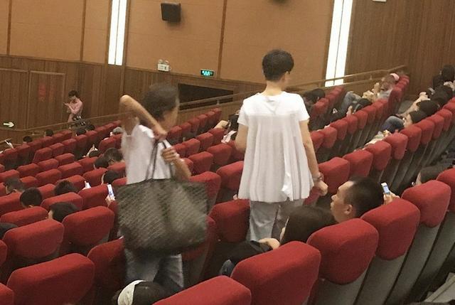 海清母子现身影院看艺术电影,儿子超懂事帮妈妈拎包