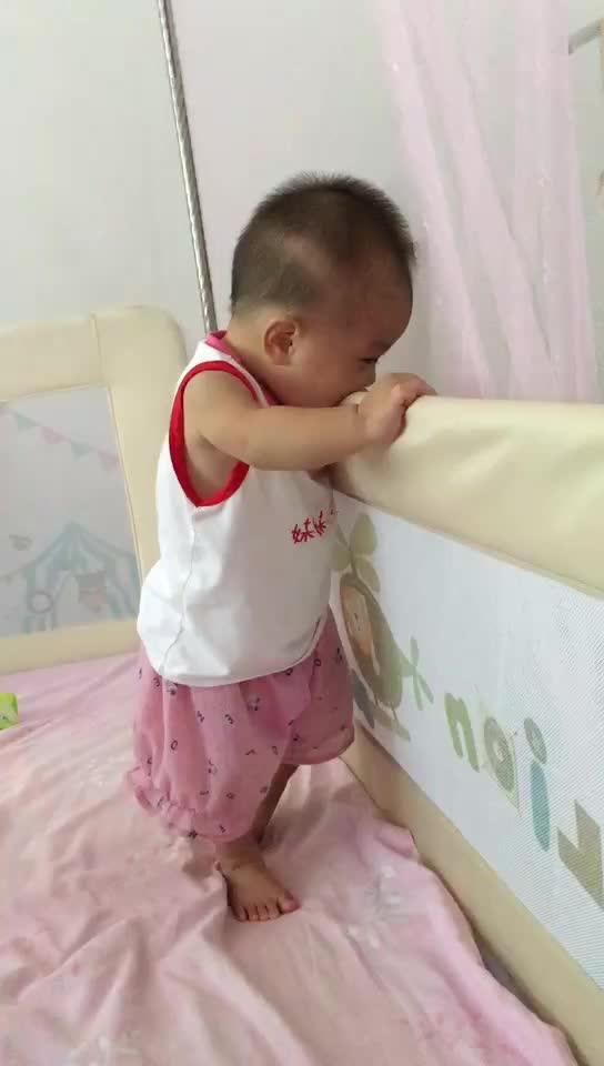 八个月的孩子总是自己扶着东西站起来,会不会变罗圈腿