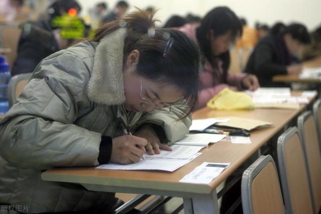 """北京高校对""""超期""""学生发警告,研究生为何不能像高考复读生一样"""