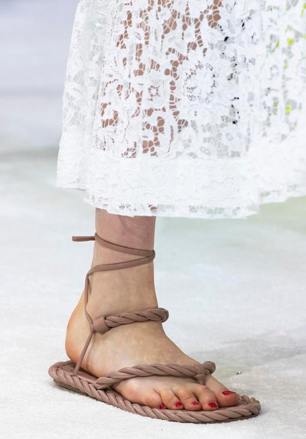 """最适合夏天的""""平底绑带鞋"""",我是这样搭配的,百搭舒适又时髦"""