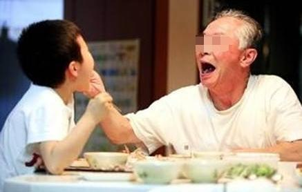 """""""隔代亲""""能有多严重?宝爸哭笑不得:奋斗35年财产没4岁儿子多"""