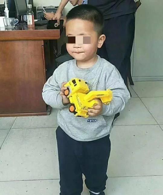 四川汶川隧道内发现走失两岁男童的家长已找到