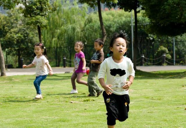 很多孩子走着走着就求抱,为何有的父母会拒绝?该不该抱?