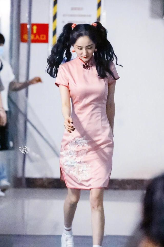 """张雨绮吉娜的""""饱满型""""身材穿旗袍,选对颜色和高跟鞋美的很高级"""