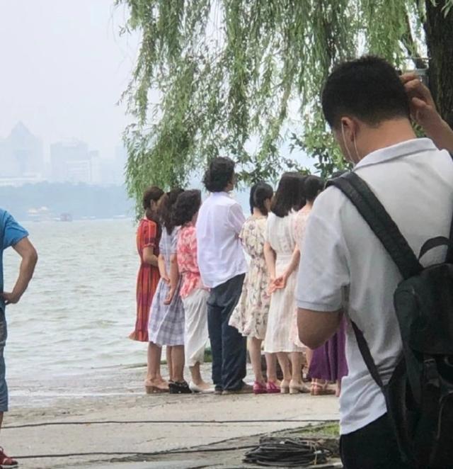 郑云龙懒理仝卓喊话,西湖边拍戏心情大好,网友:坐等调查结果
