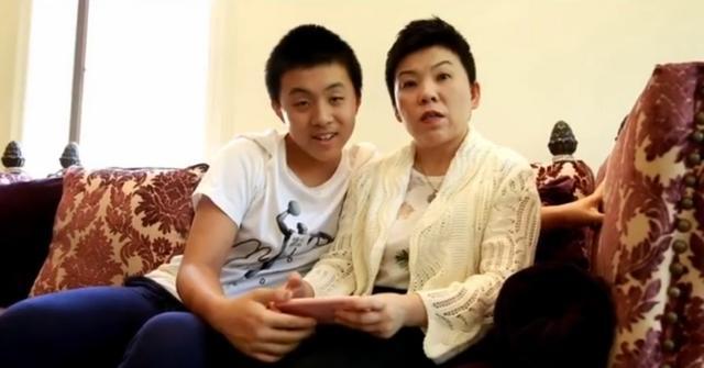 47岁邓亚萍月子照罕曝光,留长发憨笑超有爱,称不要求儿子得冠军