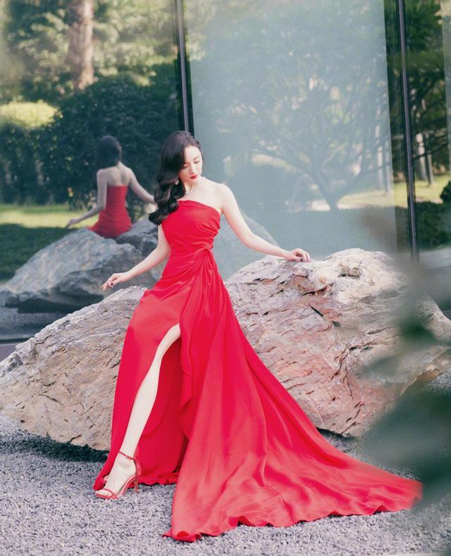 杨幂终于穿红色了,这么艳丽的长相,穿红裙真是太美了