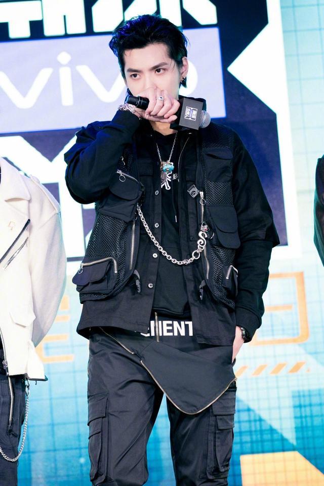 吴亦凡黑色系叠穿街头风,扮酷风格驾轻就熟,主理人时尚穿搭超棒