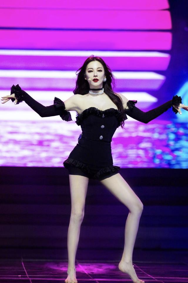 """张雨绮连体裤撞造型Jennie,美艳反杀,竟然还做到了没有""""妈""""感"""