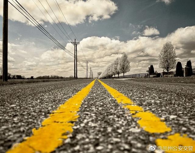 马路上的黄格子可以压线吗?