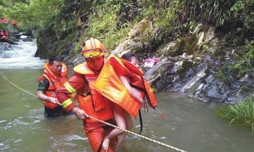 湖南益阳溯溪突发山洪 消防战士负重徒步两小时上山营救被困游客