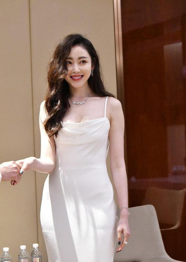 张天爱又穿白色连衣裙凹造型,这次扎高丸子头,气质一般人比不了