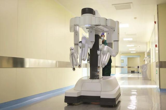 「达芬奇」医生和泌尿外科联手摘除肾上腺肿瘤