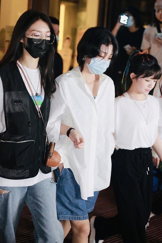 Yamy发文风波后现身,白衬衫+短裤时髦帅气,被队友搀扶情绪低落