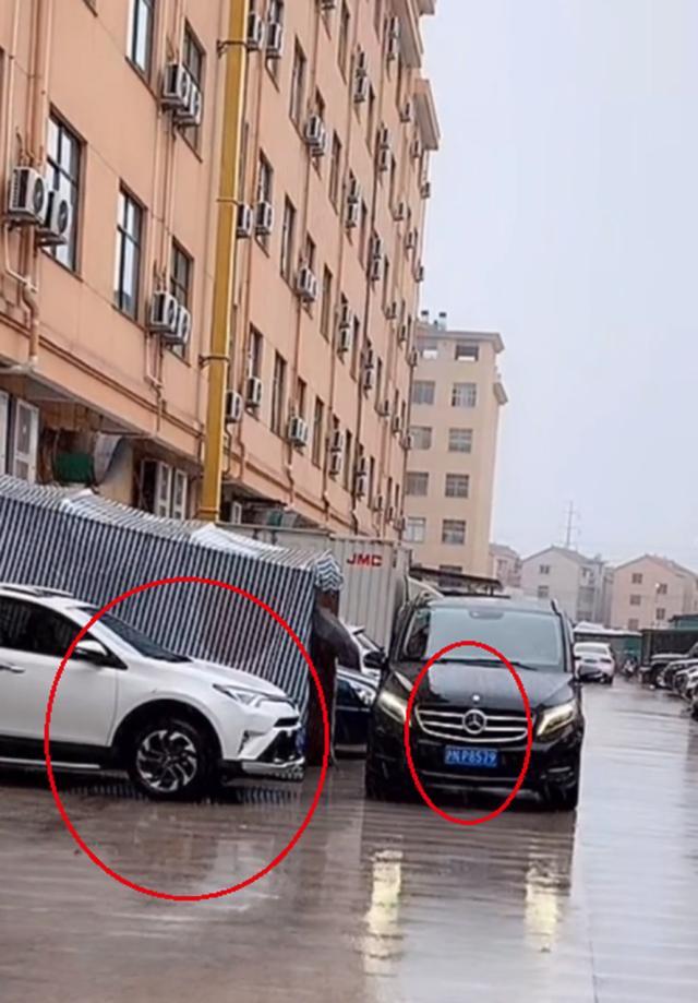 港媒曝杨幂魏大勋在同居试婚,疑两人居住单元楼曝光偏僻简陋
