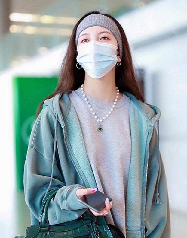 宋妍霏宣布和平分手后,一身绿走机场,意有所指还是酷爱绿衣?