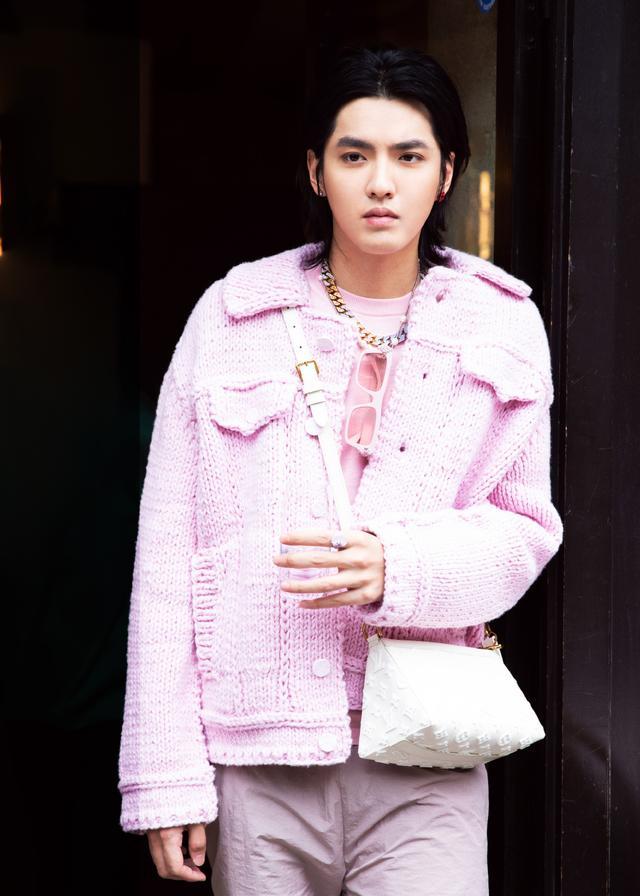吴亦凡长胖了?用花朵耳钉粉色look套装,就算变胖也时尚