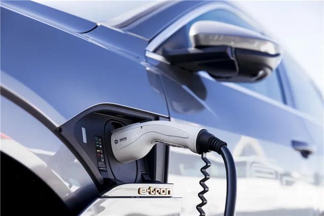 试驾奥迪e-tron&Q2L e-tron,传统豪华品牌造的纯电动车怎么样?