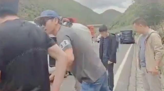 48岁沙宝亮路遇车祸,连忙下车救人!事后不忘安抚受伤女性显绅士