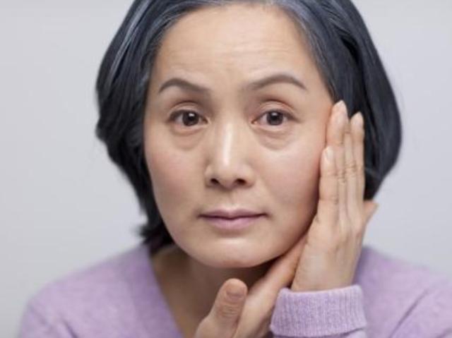 女士要有祛眼袋不必慌,每日临睡前坚持不懈4个习惯性力,眼周皮肤紧实又细嫩