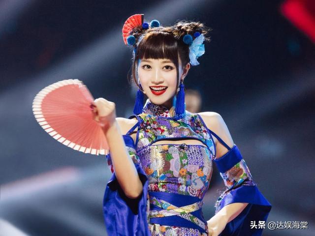 金莎三公舞台两次掉扇,失误太多下台大哭,队友蓝盈莹在笑什么?