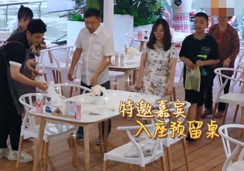 《中餐厅》出现首位特邀嘉宾,看清是谁后,尊贵到让人敬佩