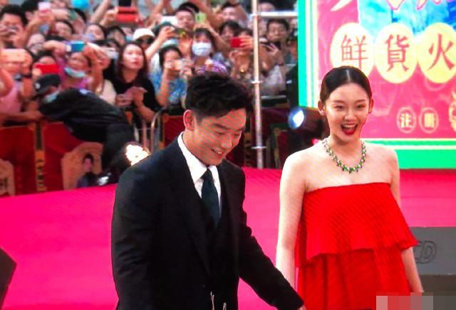 与郑恺结婚后苗苗首现身,一袭红裙酷似徐帆,难怪深得冯小刚喜爱