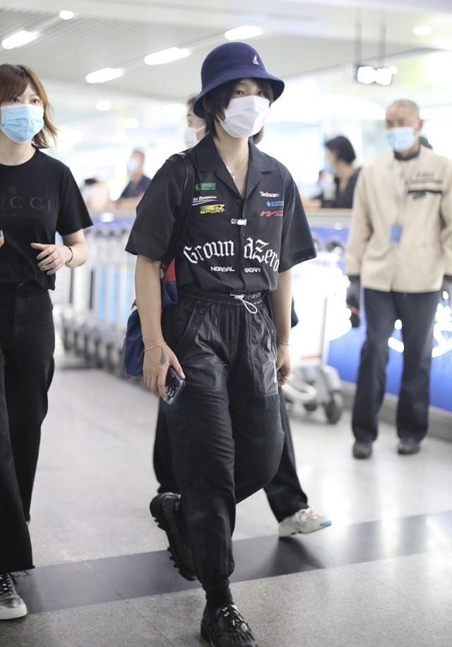 黑色襯衫咋能穿得又酷又帥?周筆暢簡約搭配都高級,氣場可真強