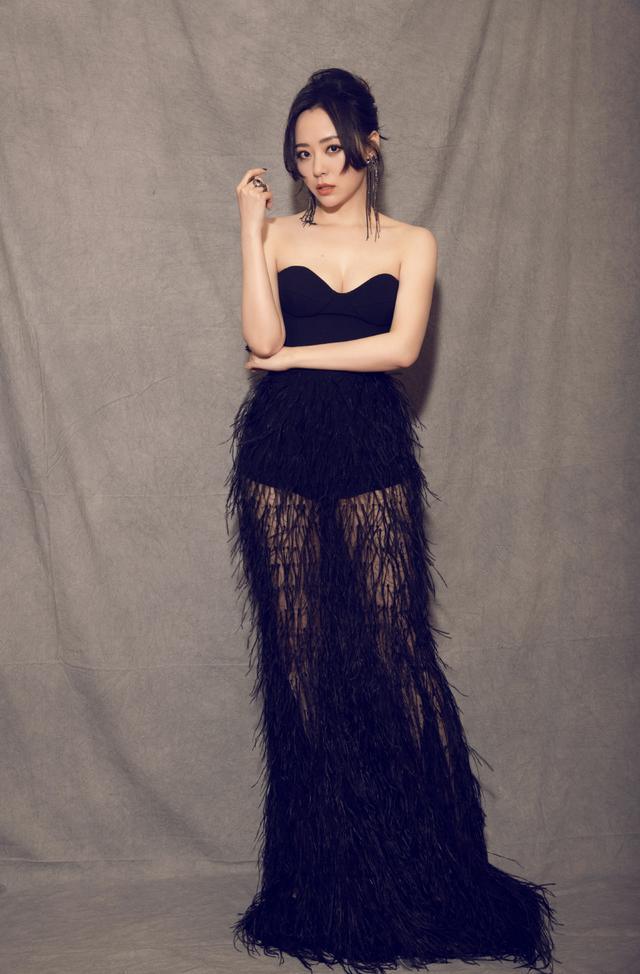 再次被张靓颖惊艳了,透视上衣搭配皮质短裙又美又酷,气场好强大