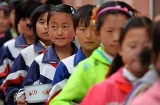 江苏某校领导一年贪污131万,8.5元伙食费要克扣5元,只给小学生吃萝卜白菜