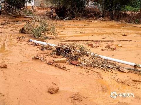 广西山村暴雨引发山洪 农房倒塌汽车被冲走