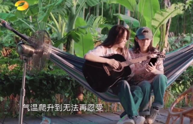 欧阳娜娜张子枫唱《夏天的风》两个小姑娘就光坐在那里就很养眼了