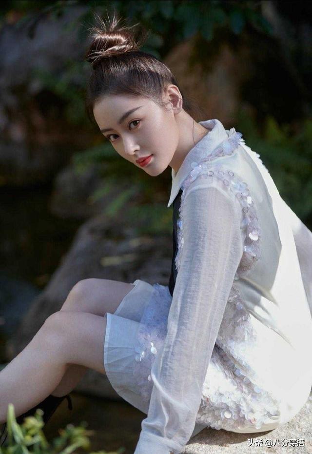 张天爱高颜值任性,扎丸子头搭配白色连衣裙高贵优雅,女生范十足