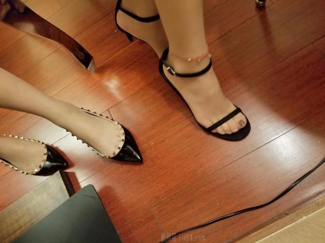 微博美女一只哈比猪丝袜美脚高跟鞋写真