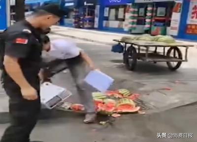 疑似城管抢砸商贩,不顾摊主哀求狠摔电子秤,官方:保安公司的人