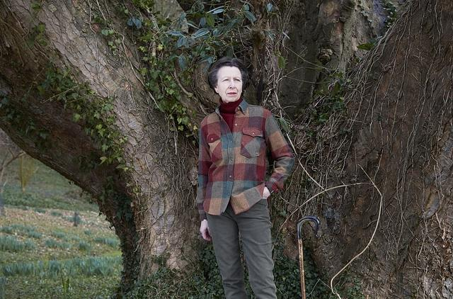 安妮公主迎70岁生日,穿帅气格纹衫插兜真个性,还敢露香肩拍封面