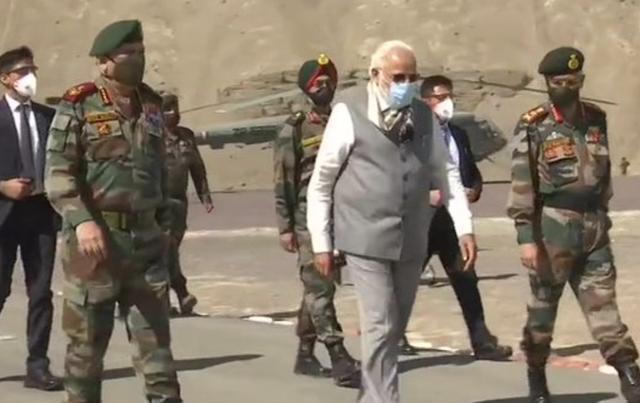 莫迪访问有争议的边境地区,称赞士兵暗讽中国,还大肆购买战斗机